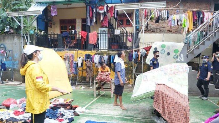 Ketua Istri Pengurus Partai Golkar (IIPG) Tri Hesti Yulianti beserta kader Golkar DKI mengunjungi beberapa titik banjir di Jakarta Selatan dan Jakarta Timur dan menyerahkan bantuan untuk korban banjir pada Minggu (21/2/2021).