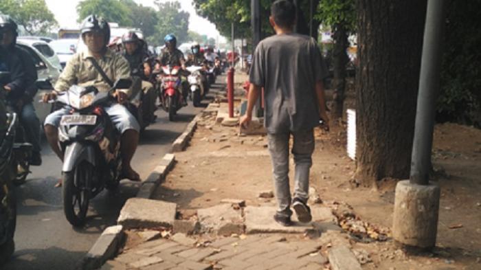 Air Limbah di Trotoar Jl Raya Bogor Kramatjati