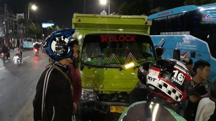 Truk Muatan Hebel Tabrak 10 Mobil yang Antre Masuk Pom Bensin di Jalan Dewi Sartika