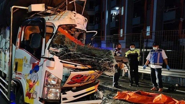 Truk mengalami kecelakaan di Tol Dalam Kota, Tomang, Jakarta Barat, Kamis (9/7/2020) dini hari.