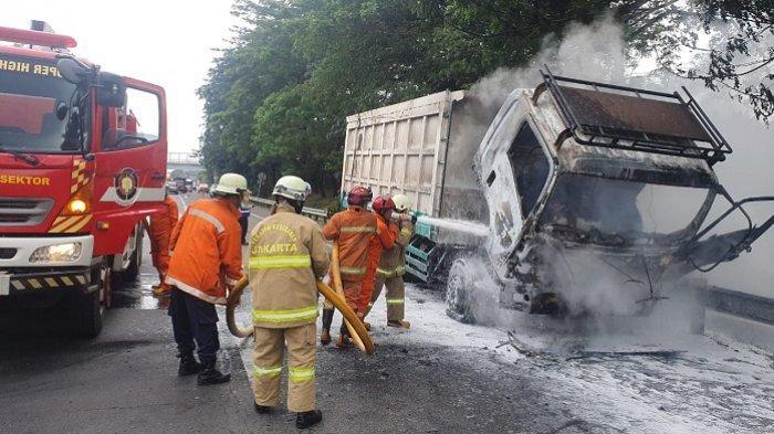 Truk Pengangkut Batu Bara Terbakar saat Melintas di Km 35 Tol JORR Cipayung Jakarta Timur