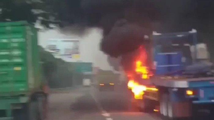 Truk Terbakar di Tol Jakarta Cikampek KM 19 Gara-gara Rem Macet