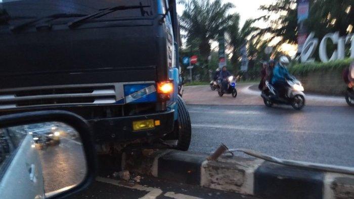 Truk Pengangkut Girder Tabrak Separator Saat Jam Sibuk