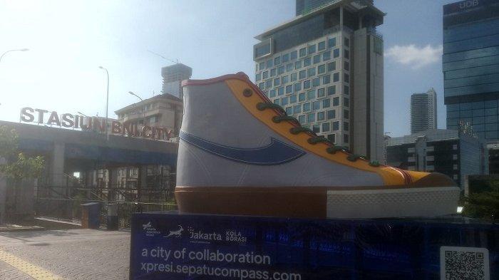 BUKAN Daerah Penghasil Sepatu, Ini Alasan DKI Jakarta Ada Tugu Sepatu di Dekat Stasiun Sudirman
