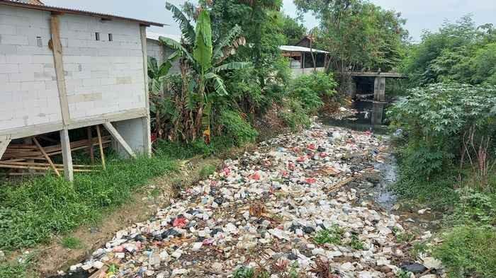 Saluran Air di Kampung Buher Karawang Memprihatinkan, Dipenuhi Tumpukan Sampah Warga Selalu Kebauan