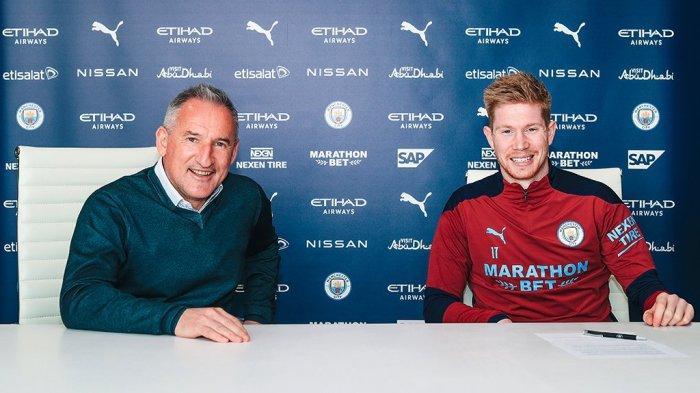 Direktur Sepak Bola Manchester City, Txiki Begiristain (kiri) bersama Kevin De Bruyne saat penandatangan perpanjang kontrak