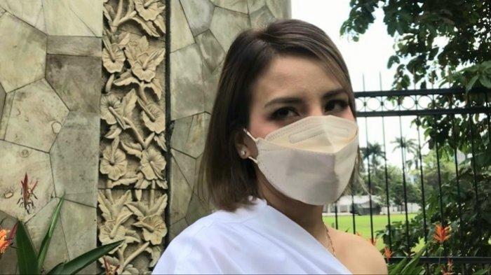 Tya Ariestya Pakai Masker di Rumah Agar Keluarga Tetap Sehat Tak Terpapar Covid-19