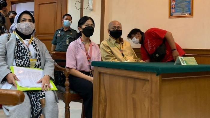 Selebgram Tyna Kanna terlihat hadir di sidang perdana perceraiannya terhadap Kenang Mirdad di Pengadilan Agama Jakarta Selatan, Selasa (21/9/2021).