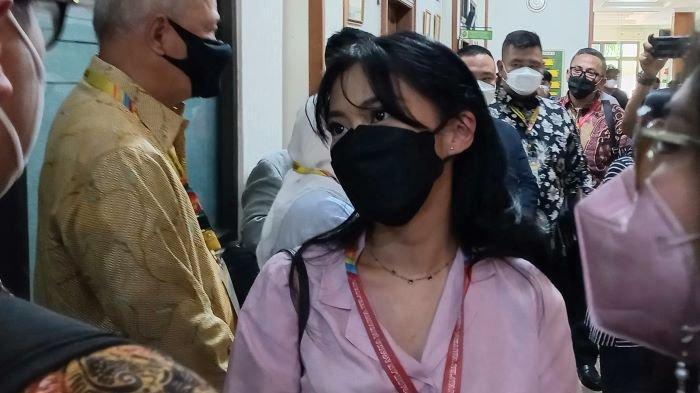 Selebgram Tyna Kanna saat menghadiri sidang perdana gugatan cerainya terhadap Kenang Mirdad digelar di Pengadilan Agama Jakarta Selatan, Selasa (21/9/2021).