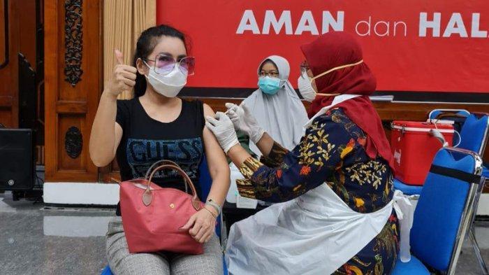 Dukungan dan Rasa Bangga Uci Flowdea Ikut Vaksin