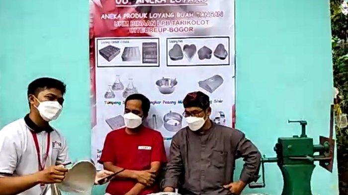 Pemilik UD Aneka Loyang, UMKM binaan Yayasan Dharma Bhakti Astra (YDBA) di Tarikolot Bogor, H. Nuryaman (kanan), menunjukkan proses produksi serta produk loyang yang telah dijual di pasar online melalui merchant Toko Pasti Puas dalam kegiatan Jelajah Virtual UMKM yang diselenggarakan oleh YDBA.