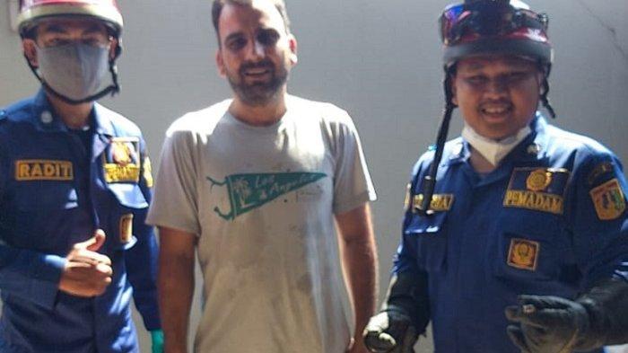 Anggota Damkar DKI Evakuasi Ular Kadut Sepanjang Satu Meter dari Rumah Pria WNA di Cipayung
