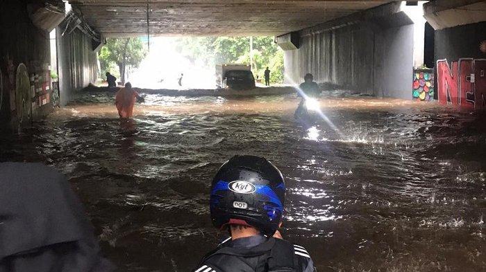 Underpass Cipayung Terendam Banjir 50 Sentimeter, Pemotor Tak Berani Lewat