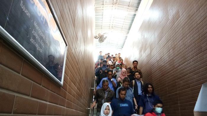 Penumpang Keluhkan Sempitnya Tangga Underpass Pejalan Kaki di Stasiun Tebet