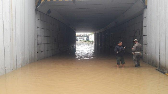 VIDEO: Pertama Kali Terjadi, Underpass Senen Terendam Banjir
