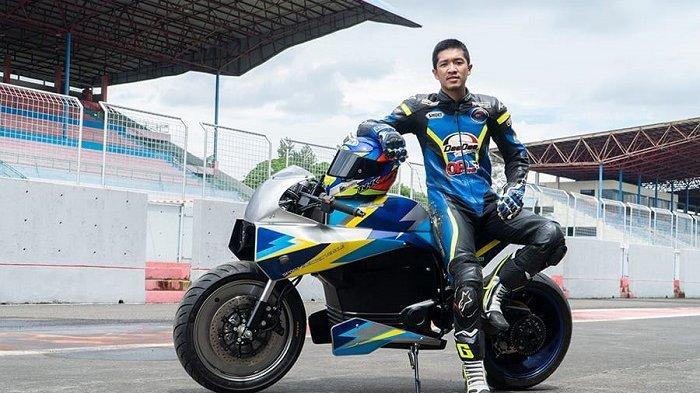 Universitas Budi Luhur menggandeng pembalap muda, Galih Aji Prakoso, saat menguji coba kendaraan listriknya