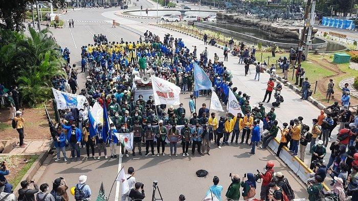 Ilustrasi Mahasiswa dari BEM SI saat melakukan aksi unjuk rasa tolak UU Omnibus Law di Patung Kuda Arjuna Wiwaha, Gambir, Jakarta Pusat, Rabu (28/10/2020).