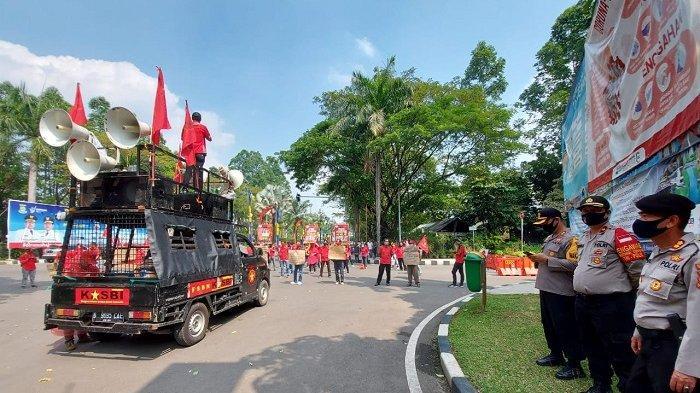 Unjuk Rasa Buruh di Depan Kantor Wali Kota Tangerang Dikawal Petugas Gabungan