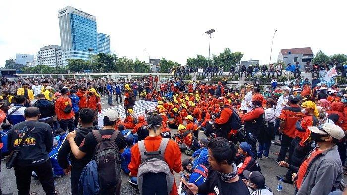Massa Mahasiswa dari Berbagai Kampus di Jakarta Berkumpul Dekat GedungDPR