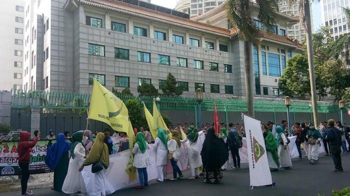 Soal Uighur, Demonstran Ajak Boikot Produk China