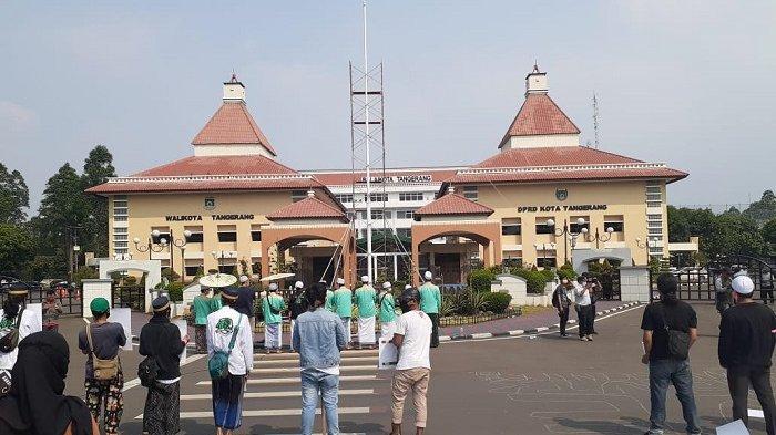Warga dan Seniman Mulai Menduduki Halaman Kantor Wali Kota Tangerang