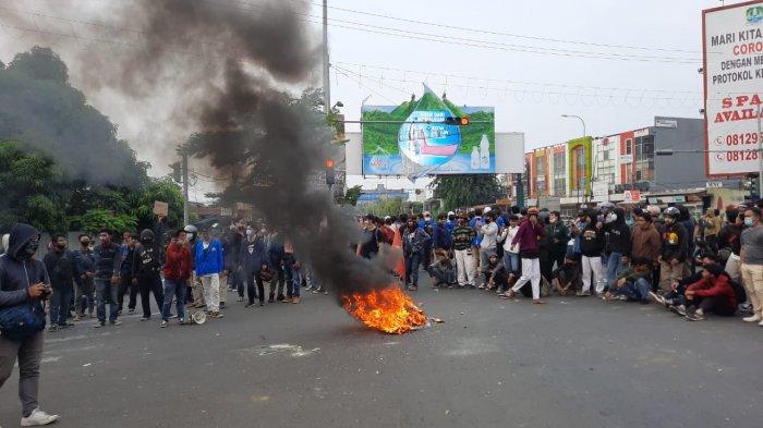 Unjuk rasa mahasiswa di Jalan Chairil Anwar, Bekasi Timur, Bekasi, pada Kamis (8/10/2020), Kamis (8/10/2020) berlangsung ricuh.