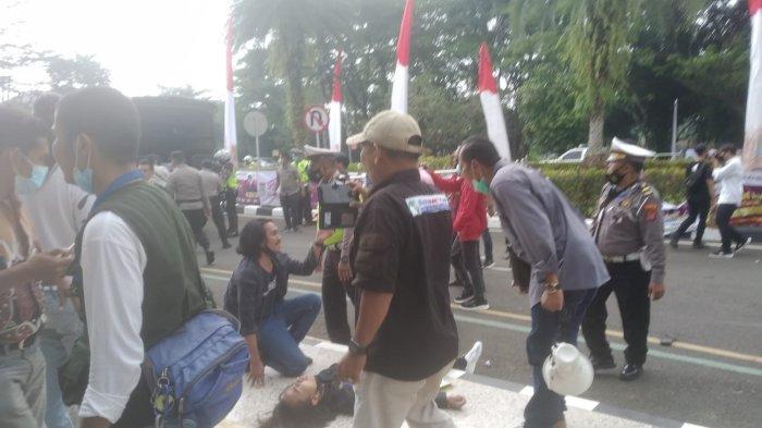 Unjuk Rasa di Kantor Bupati Tangerang Ricuh, Mahasiswa Bergelimpangan dan Diamankan