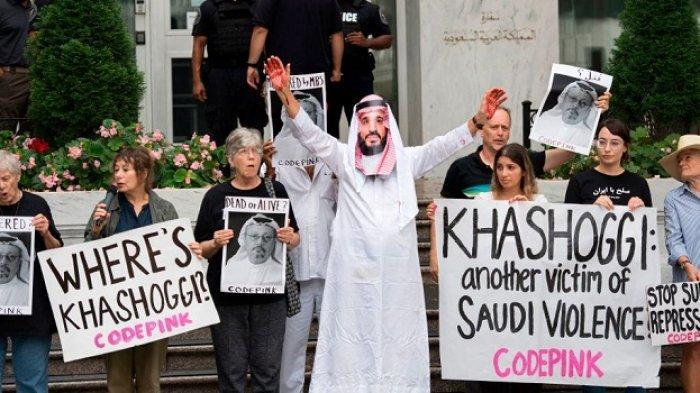 SEORANG pengunjuk rasa mengenakan pakaian seperti Putra Mahkota Arab Saudi Pangeran Mohammed bin Salman dengan darah di tangannya, sebagai bentuk protes atas pembunuhan jurnalis Jamal Khashoggi yang diduga kuat melibatkan sang pangeran, di depan Kedutaan Arab Saudi di Washington, DC, 8 Oktober 2018.