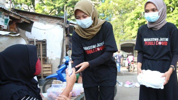 Sejumlah mahasiswa dari Universitas PGRI Semarang (Upgris) turun ke Pasar Peterongan Semarang, Jumat (30/7/2021). Mereka membagikan masker, cairan pembersih tangan (hand sanitizer), sembako dan selebaran berisi anjuran kepatuhan prokes.