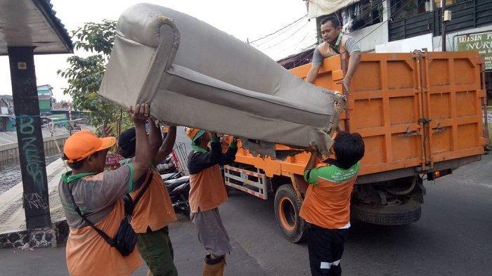 Tak Hanya Sampah, Perlengkapan Rumah Tangga Masih Ditemukan UPK Badan Air di Kali