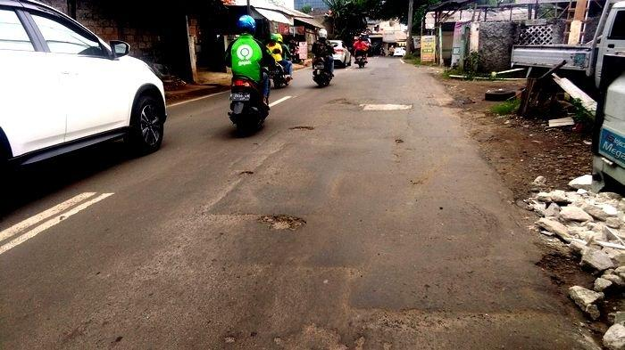 UPDATE Usai Terendam Banjir, Jalan di Kembangan Berlubang