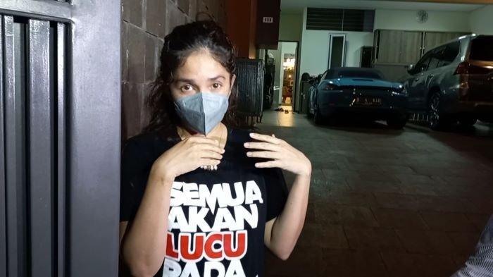 Ussy Sulistiawaty di rumahnya, kawasan Cipete, Jakarta Selatan, Rabu (21/7/2021) petang. Ussy Sulistiawaty sudah ikhlas spion mobil adiknya digondong maling.