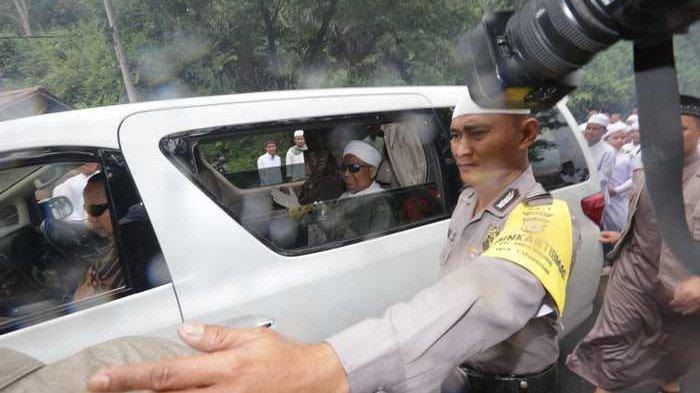 Ustaz Arifin Ilham Pulang Pakai Jet Pribadi, Lalu Lambaikan Tangan dari dalam Alphard Putih