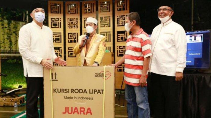 Ustaz Solmed Peringati Malam Nuzulul Quran dengan Ikut Bagikan Kursi Roda untuk Disabilitas