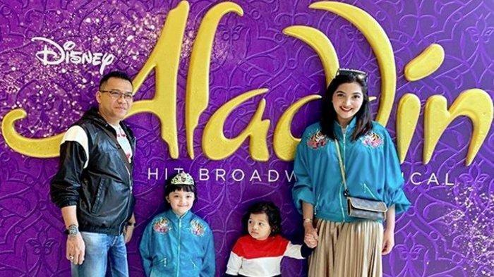 Ashanty dan Anang Hermansyah berpose bersama dua anaknya.