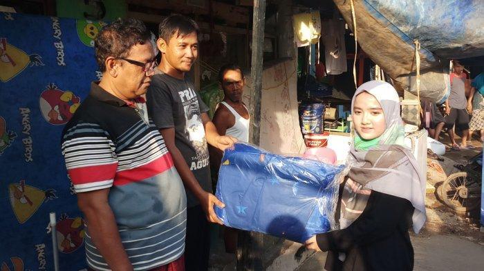Keluarga Ustaz Yusuf Mansur Bantu Korban Banjir Di Semanan