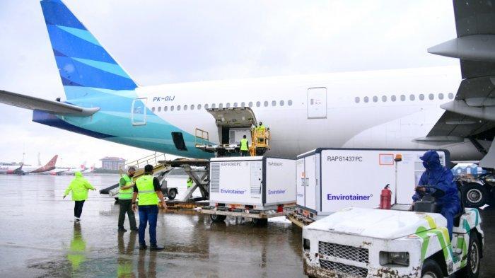 Petugas menurunkan vaksin Covid-19 dari Pesawat Garuda setibanya di Bandara Internasional Soekarno-Hatta, Tangerang, Provinsi Banten, Kamis (31 /12/2020). Indonesia menerima kiriman tahap 2 sebanyak 1,8 juta vaksin Covid-19 dari perusahaan Sinovac.