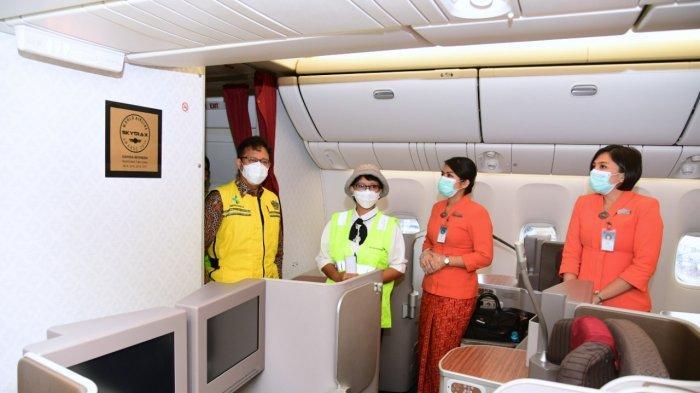 Menteri Kesehatan Budi Gunadi Sadikin dan Menteri Luar Negeri Retno Marsudi berbincang dengan awak Pesawat Garuda Indonesia