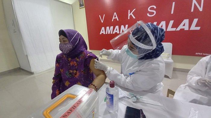 Presiden Jokowi Meninjau Pelaksanaan Vaksinasi Tenaga Pendidik di SMAN 70 Bulungan
