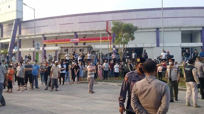 Minim Sosialisasi Membuat Antrean Vaksinasi Covid-19 di Sport Centre Tangerang Mengular Panjang