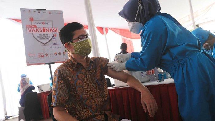 Pelaksanaan vaksinasi di Sentra Vaksinasi Covid-19 di Bank DKI Kantor Layanan Juanda, Jakarta, Sabtu (10/7/2021).