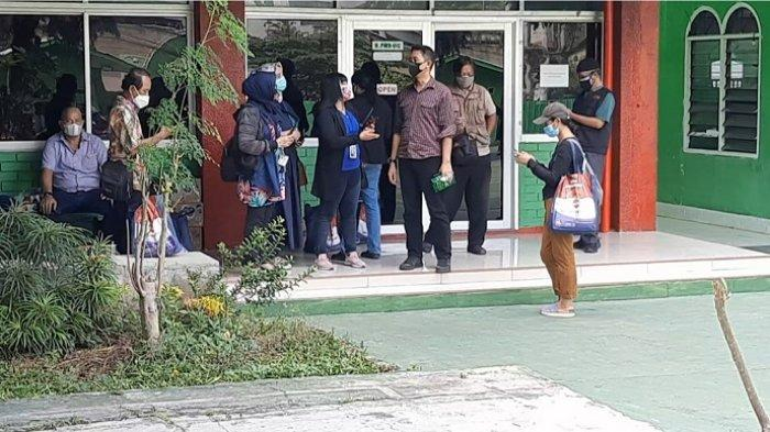 Sejumlah orang mengaku wartawan mendatangi Universitas Ibnu Chaldun, Rawamangun, Kecamatan Pulogadung, Jakarta Timur, Sabtu (24/7/2021). Mereka sempat meliput kegiatan vaksinasi Covid-19 di kampus almamater hijau tersebut, lalu membawa bingkisan sembako yang disiapkan untuk warGa yang divaksin.  WARTA KOTA/MIFTAHUL MUNIR