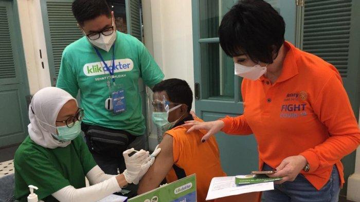 Personel KlikDokter melakukan vaksinasi lansia di Mall Kelapa Gading, Jakarta Utara, Minggu (28/3/2021). l Klik