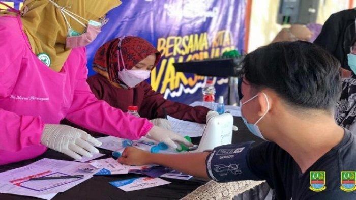 Warga sedang menjalani vaksinasi Covid-19 di Gerai Vaksinasi Covid-19 di depan Kantor Kecamatan Sukatani, Selasa (27/07/21).