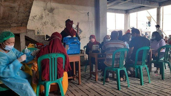 Warga Antusias Ikut Vaksinasi Covid-19 di Masjid Al Hikmah Tanah Tinggi Tangerang