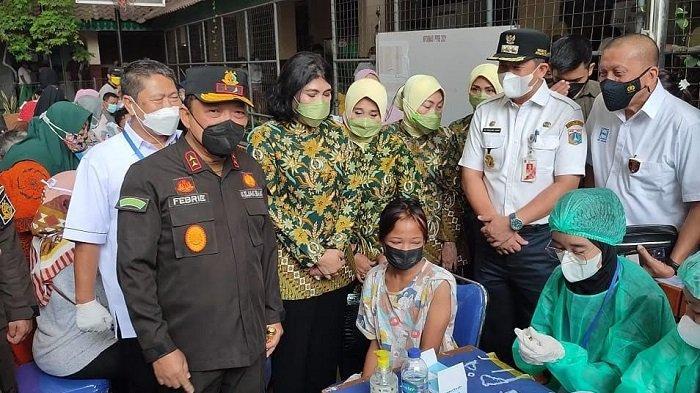 Tiga Pilar Gelar Vaksinasi di SMPN 53 Cilincing, Martinah Semringah Pulang Bawa Paket Sembako
