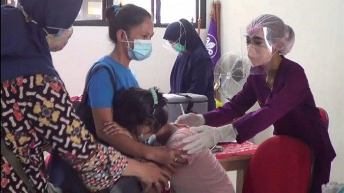 Saika Terus Memeluk Erat Ibunya. Puluhan Siswa SLBN 09 Tanjung Priok Dapat Vaksin