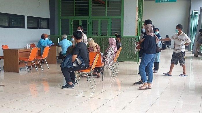 Lokasi Dekat dan Dapat Sinovac, Karyawati Bekasi Ini Gembira Ikut Vaksin Massal di Stadion Patriot