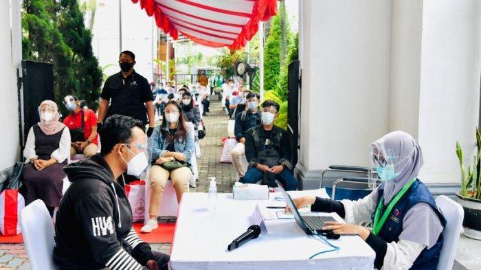 Penumpang KRL di Stasiun Bogor melaksanakan vaksinasi covid-19, Kamis (17/6/2021).