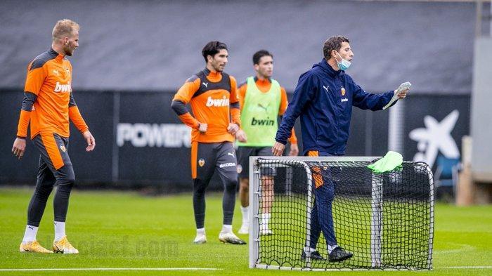 Pelatih Valencia, Javi Garcia sedang memberikan instruksi kepada para pemainnya